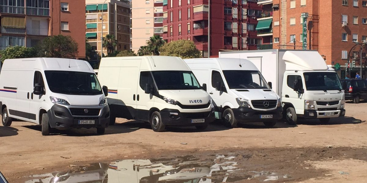 Furgonetas alquiler aparcadas